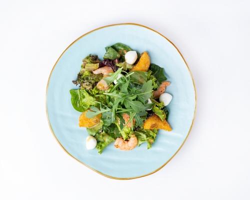 Салат с креветками и персиками